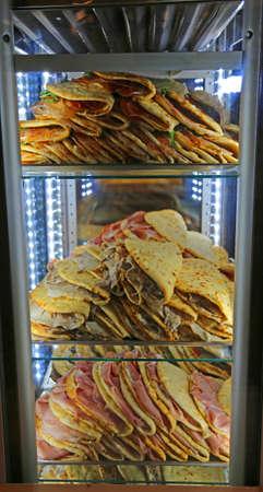smakelijk piadina gevuld te koop in het restaurant in Midden-Italië