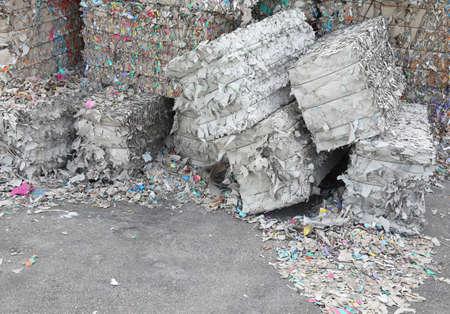 papel reciclado: Montones enormes de papel usado en la f�brica de papel para la producci�n de papel reciclado
