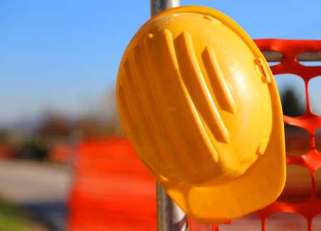 elementos de protecci�n personal: casco en el sitio de construcci�n de carreteras durante las obras de carreteras y una red de seguridad Foto de archivo