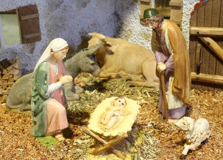 pesebre: cl�sica escena de la natividad con el beb� Jes�s, Mar�a y Jos� en el pesebre