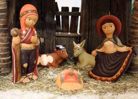 sacra famiglia: presepe etnico in America Latina con il bambino Ges� e la sacra famiglia nella stalla