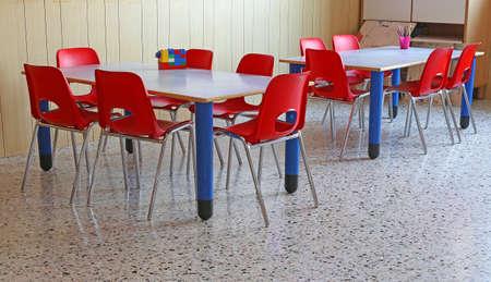 Sillas rojas y mesas en una clase de kindergarten