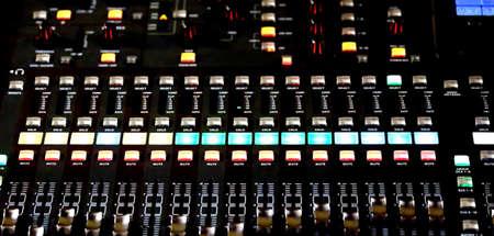 leds: Mesa de mezclas de correo de un sistema de alta fidelidad con muchos potenci�metros LEDs y ecualizador de sonido