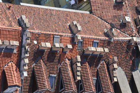 demografia: vista a�rea de tejados rojos de una casa en la ciudad italiana