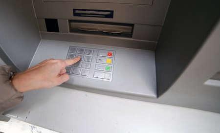 teclado numérico: parte introduce el código secreto en el teclado numérico del cajero automático para retirar dinero