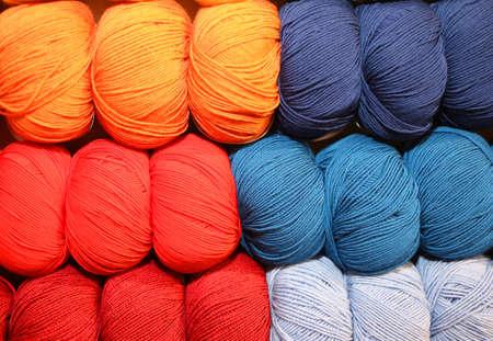 gomitoli di lana: palline morbide di lana colorata per creare molti maglioni fatti a mano