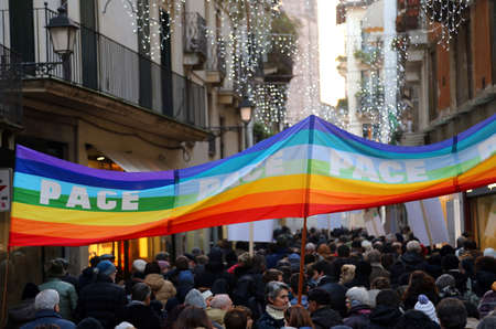 pace: Vicenza (VI) Italy. 1st January 2016. Peace March along the streets of Italian city with flag and banners with the inscription PACE peace in Italian and many people