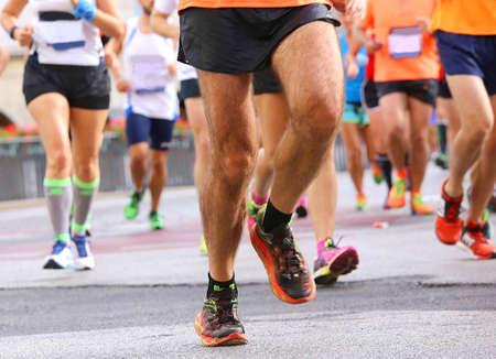 piernas hombre: Women and men running marathon in the city