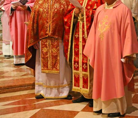 sotana: Vicenza (VI) Italia. 12 de diciembre de 2015. Los sacerdotes y obispos con la sotana durante la Misa para la apertura de la Puerta Santa en la Catedral Editorial