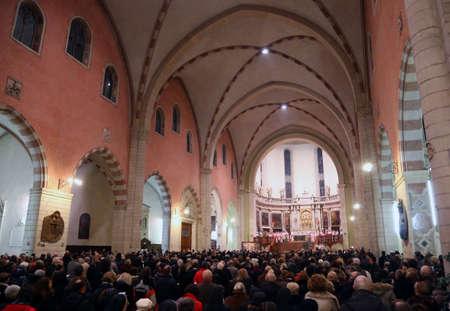 sotana: Vicenza (VI) Italia. 12 de diciembre de 2015. Dentro de los sacerdotes de la catedral con la sotana y el obispo de la diócesis de Vicenza Monseñor Beniamino Pizziol durante la misa para la apertura de la Puerta Santa Editorial