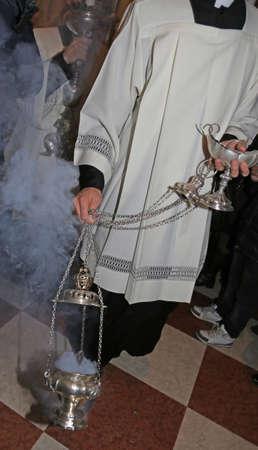 sotana: Vicenza (VI) Italia. 12 de diciembre de 2015. Sacerdote en sotana bendice a los fieles durante la misa de incienso para el comienzo del A�o Jubilar Editorial