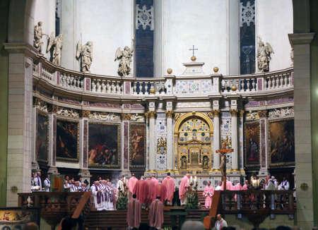 sotana: Vicenza (VI) Italia. 12 de diciembre de 2015. Dentro de los sacerdotes de la catedral con la sotana y el obispo de la di�cesis de Vicenza Monse�or Beniamino Pizziol durante la misa para la apertura de la Puerta Santa Editorial