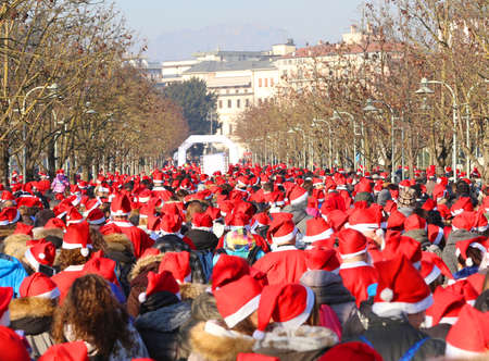 babbo natale: Hundreds of people dressed as Santa Claus during the foot race in the city