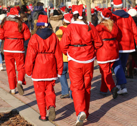 babbo natale: many people dressed as Santa Claus during the race in the city Stock Photo