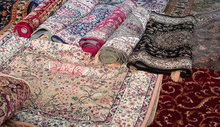 Muchas preciosas antiguas alfombras de lana de colores hechos a mano en el Medio Oriente Foto de archivo - 50598502