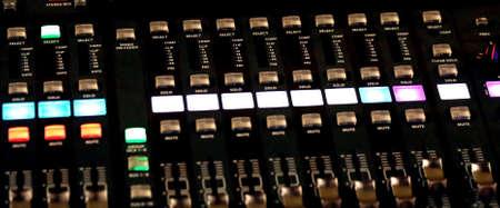 leds: Mesa de mezclas de correo de un sistema de alta fidelidad grande con muchos potenciómetros LEDs y ecualizador de sonido durante un concierto de rock