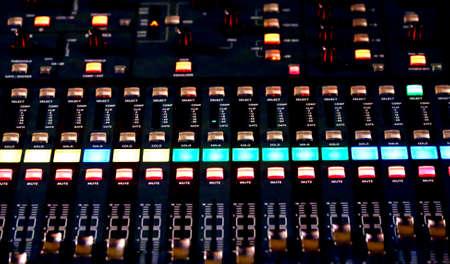 leds: Superficie de control de audio de un gran sistema de alta fidelidad con muchos leds y botones