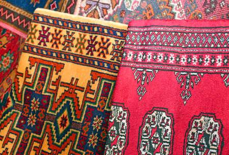 trabajo manual: muchas preciosas antiguas alfombras de lana de colores hechos a mano Foto de archivo