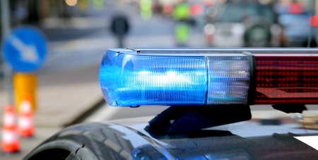 robo de autos: azul con destellos vehículo de la policía durante un control de carretera para cazar a los presos fugados Foto de archivo