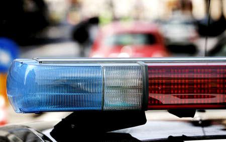 robo de autos: parpadear y la sirena del coche de la policía en el puesto de control con el fin de dar la multa por exceso de velocidad automovilistas demasiado rápido