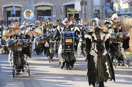 musik: Vicenza, Italy. 15th January 2016. Euro-Carnival 2016 and XXIII Guggenmusik Festival. Thousands of musicians from Europe dressed in mask and costume parade in the city street
