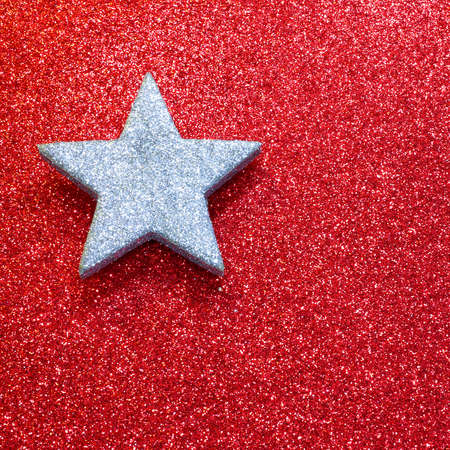 lucero: una estrella de plata sobre fondo brillante de color rojo brillante