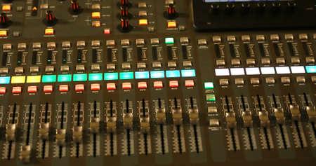 leds: Mesa de mezclas de correo de un sistema de alta fidelidad grande con muchos leds y botones durante un concierto