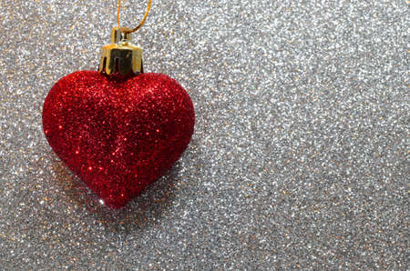 amore: big lone red heart in the glitter silver background