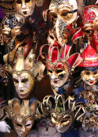 mascara de carnaval: Venecia Italia, máscara de Carnaval rojo y oro para la venta en la tienda
