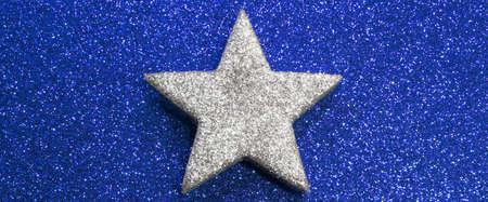 lucero: una estrella brillante en el fondo brillante de oro