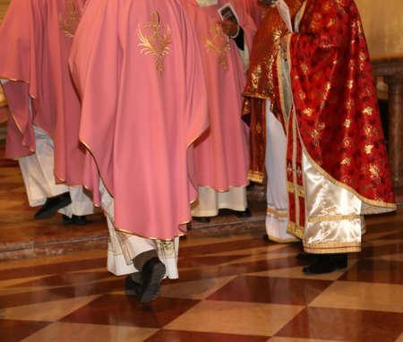 sotana: sacerdotes con sotana en la iglesia durante la celebraci�n de la misa Foto de archivo