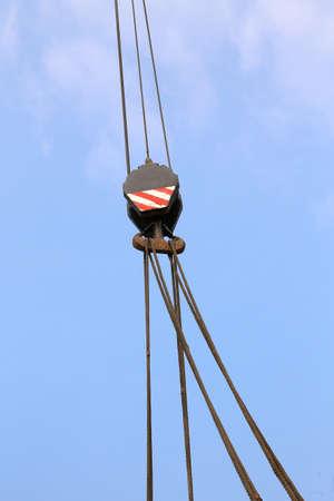 poleas: polea grande con cables de acero para levantar cargas pesadas y reducir el esfuerzo