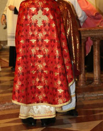sotana: sacerdotes con sotana de color rosa en la iglesia durante la celebración de la misa