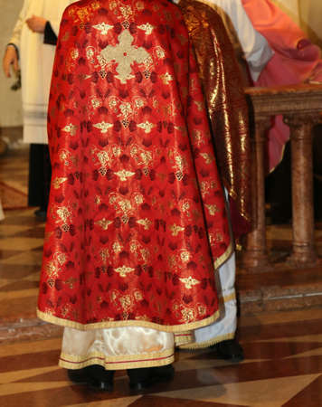 sotana: sacerdotes con sotana de color rosa en la iglesia durante la celebraci�n de la misa
