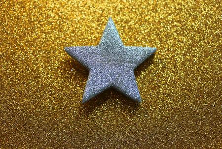 lucero: brillante estrella solitaria en el fondo brillante de oro