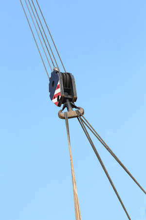 polea: huge pulley with sturdy steel cables to lift heavy loads during loading