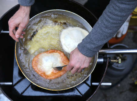 alimentation: Cook during preparation of fritters in hot oil
