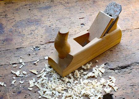 trabajo manual: virutas de cepillado y serrín en el banco de trabajo en el interior del fabricante artesano de carpintería Foto de archivo