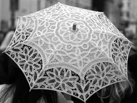 trabajo manual: paraguas blanco todo a mano decorada con tapetes de encaje Foto de archivo