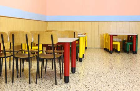 comedor escolar: gran comedor cuarto de niños pequeños con sillas y mesa de comedor pequeña