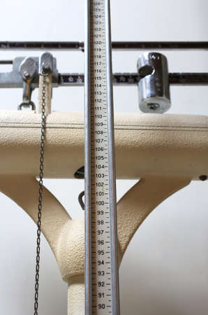 obesidad infantil: viejo escalas para medir el peso y la altura de los niños con obesidad Foto de archivo