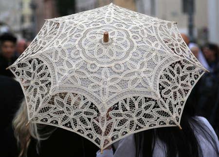 trabajo manual: paraguas de la vendimia todos con tapetes de encaje y dos mujeres decorado a mano