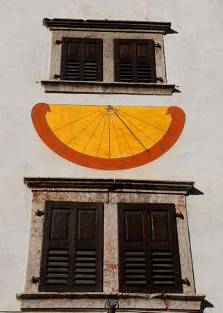 reloj de sol: que marca las horas con la sombra del gnomon durante los d�as soleados y las dos ventanas del reloj de sol