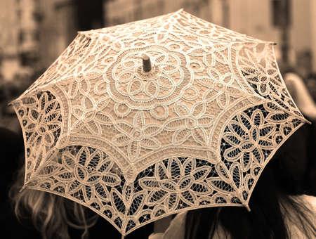 trabajo manual: paraguas de la vendimia con el cordón todo decorado a mano un Doilies Foto de archivo
