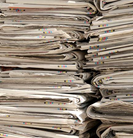 reciclaje papel: alta pila de periódicos en EcoCentre al reciclaje de papel