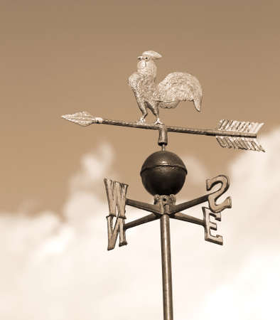 puntos cardinales: antigua veleta con la polla por encima de una flecha y los cuatro puntos cardinales Norte Sur Este-Oeste
