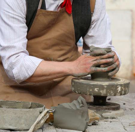 alfarero: experto artesano alfarero que forma la arcilla para hacer un hermoso jarr�n