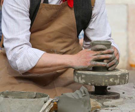 alfarero: alfarero que forma la arcilla para hacer un hermoso florero hecho a mano