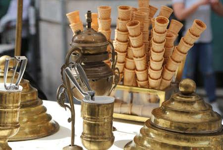 carretto gelati: sweet waffle ice cream cones in the ice cream cart in antique style Archivio Fotografico