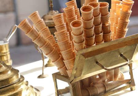 ice cream cart: coni gelato cialda di ghiaccio presenti nel carrello gelato in stile antico